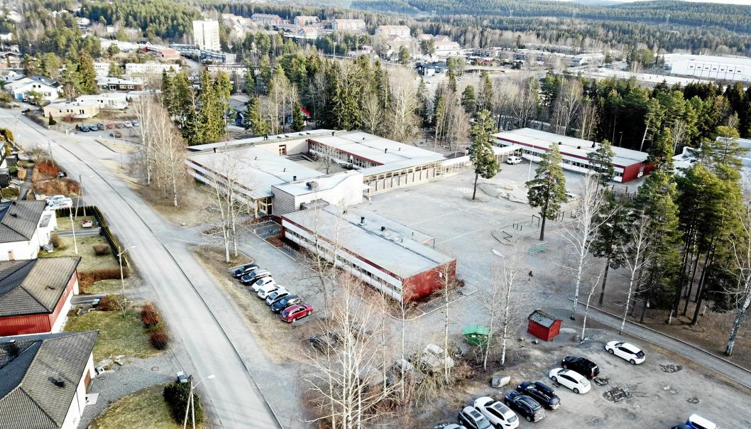 FÅR BRAKKESKOLE: Den nye modulskolen skal etableres på parkeringsplassen i nedre kant av dette bildet. Byggestart for ny skole på Sofiemyr blir trolig våren 2022.