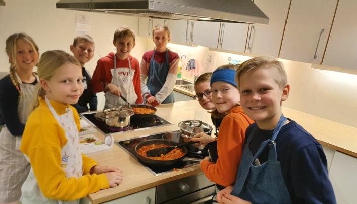 SAMARBEID PÅ SKOLEKJØKKENET: Oppegård Avis besøkte sjetteklassingene på Vassbonn skole torsdag forrige uke.