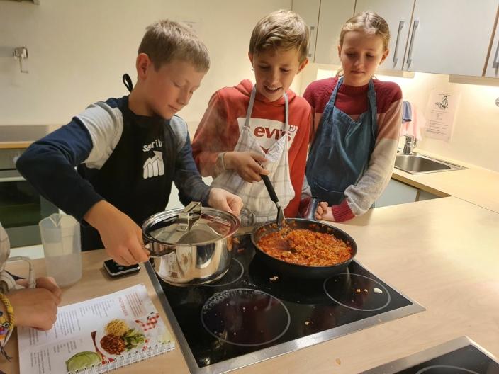 VIKTIG LIVSMESTRING: Elevene samarbeider og lærer av hverandre når de lærer å lage mat på skolen. Det dukker opp flere problemstillinger underveis: Hva gjør man når vannet koker over og kommer på stekeplaten? Hvordan rengjør vi stekeplaten etterpå?