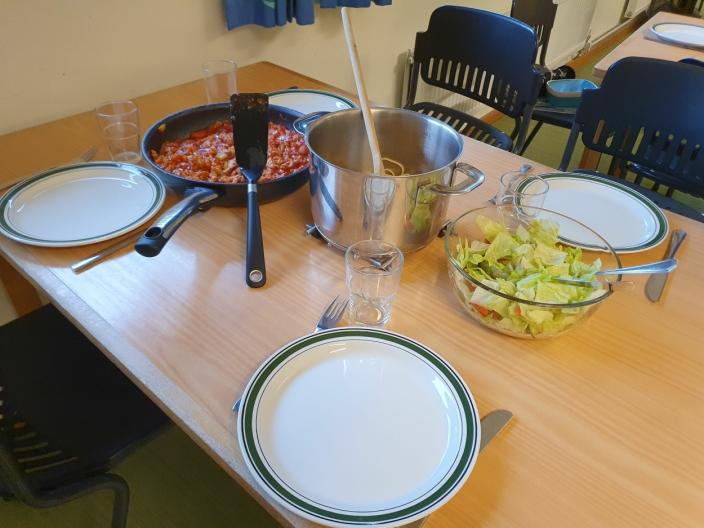 SPAGHETTI BOLOGNESE MED SALAT: Elevene har også ansvar for servering og dekking på bordet samt oppvask etterpå.