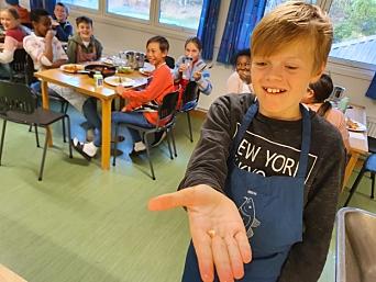 UNDERHOLDNING: Det var også litt underholdning ved middagen da Aksel Haatuft (11) mistet en melketann under måltidet.