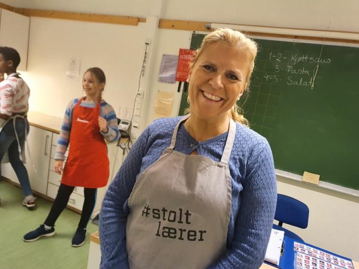 ETTERUTDANNET MAT- OG HELSELÆRER: Mona Haugen (46) fra Siggerud har i 13 år jobbet som lærer på Vassbonn skole. I tillegg til å undervise i gym, har hun de siste ti årene hatt aleneansvar for faget mat og helse.