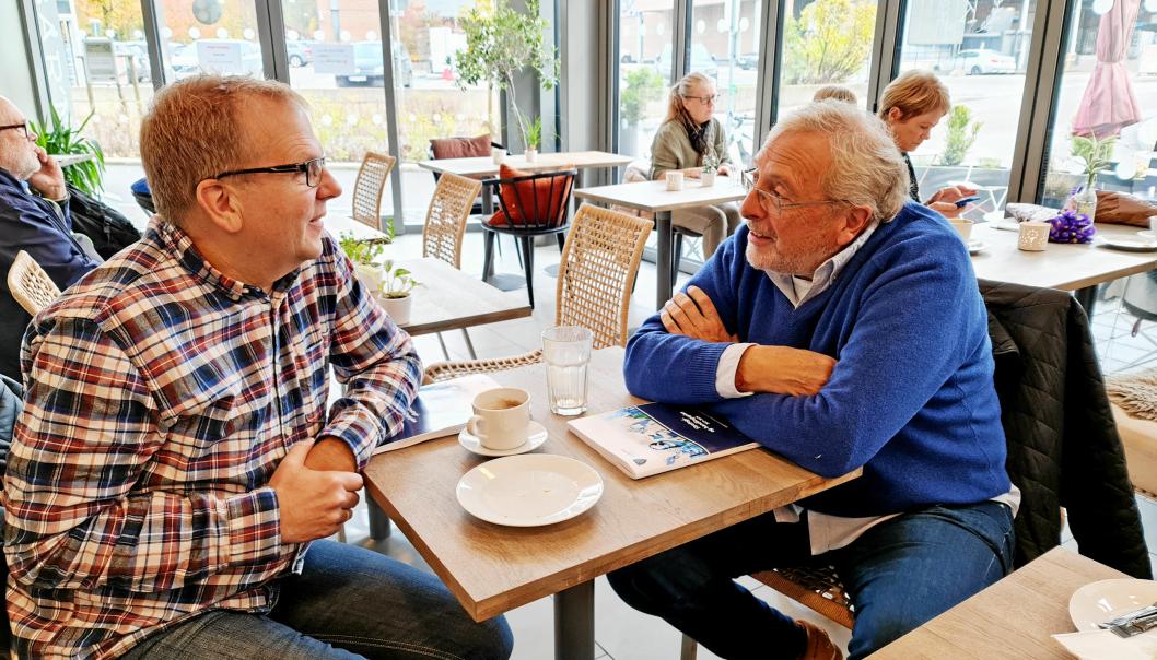 DISKUTERER POLITIKK: Praten går lett når de to markante lokalpolitikerne møtes til kaffeprat.