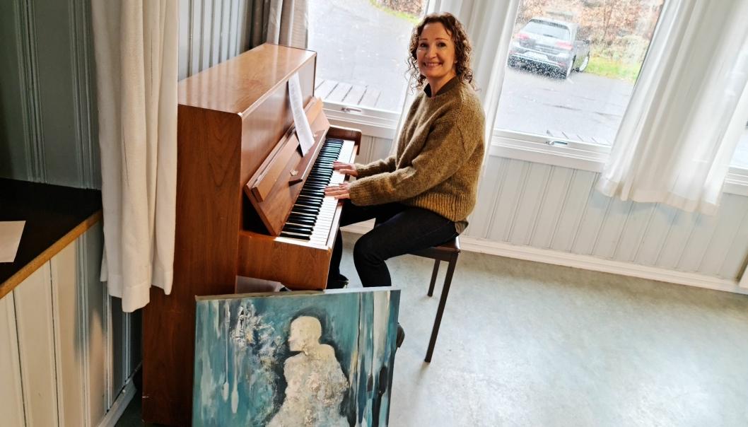 NYSTEMT: Pianoet i grendehuset er nystemt. Til helgen blir det kunstutstilling og musikk ved Torild Brandtzæg Andersen.