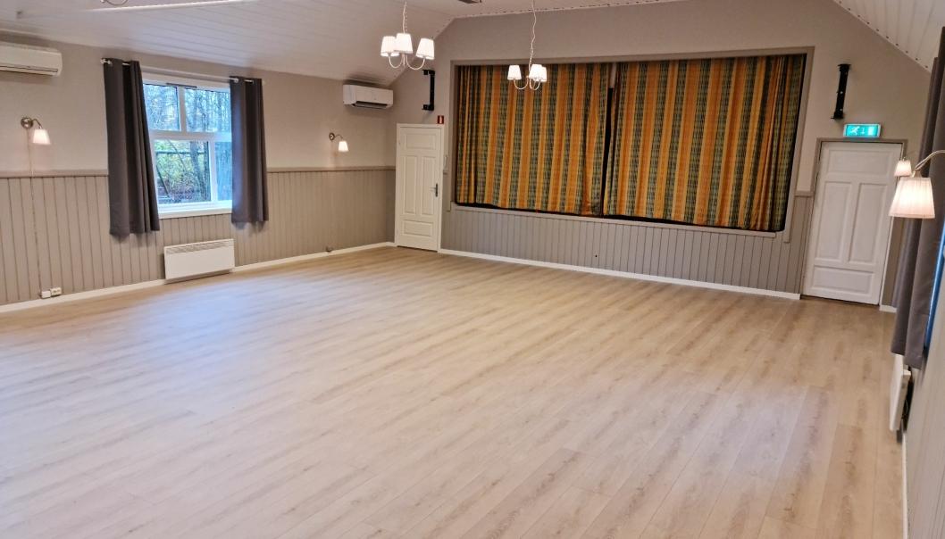 NYTT GULV: Hovedsalen i grendehuset har fått nytt gulv, og denne uken kom det nye lydanlegget på plass. Det gamle sceneteppet blir også byttet ut.