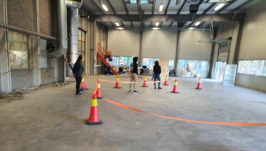 TESTSTASJONEN I SKI: Koronatesting foregår nå innendørs i Verkstedveien 25C i Ski. Ved ankomst vil du bli bedt om å parkere utenfor bygget og komme gående inn i hallen. Foto: Privat