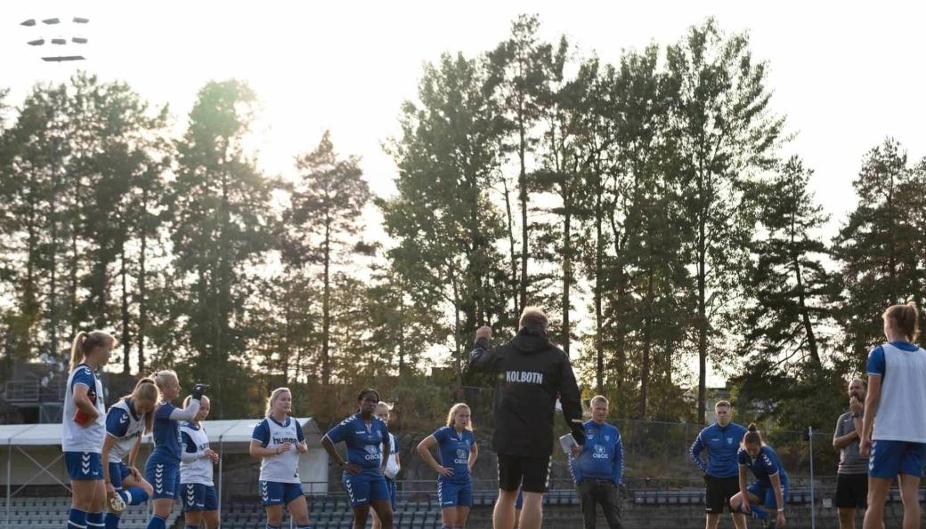 FOKUS: Trener Alexander Olsen og jentene på toppserielaget er klare til årets siste hjemmekamp på Sofiemyr.