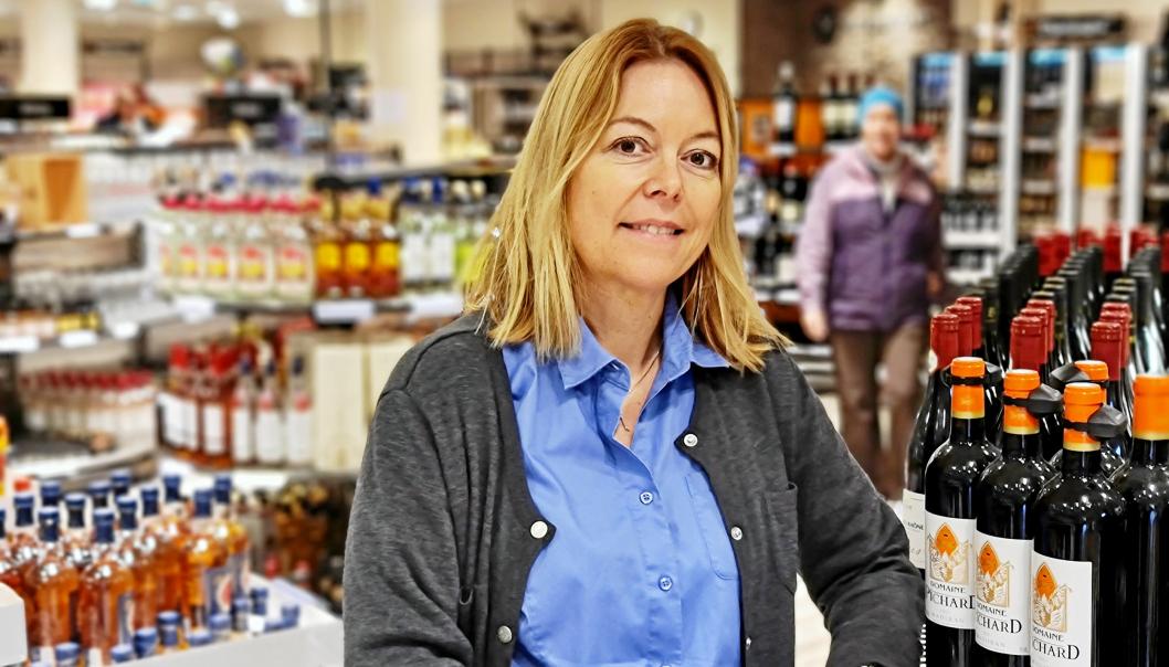 OPPBEMANNET: Butikksjef Hege Rugaas ved avdelingen på Kolbotn torg har ansatt fem nye hoder de siste månedene. Nå har 12 personer Vinmonopolet på Kolbotn som arbeidsplass.