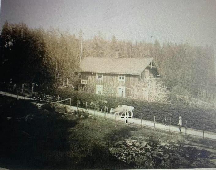 RUNDT 100 ÅR SIDEN: Bildet, trolig fra 1920-tallet, viser husmannsplassen Sønsterud med bolighuset, som du fortsatt kan se på stedet, bare i en rehabilitert og utvidet utgave.
