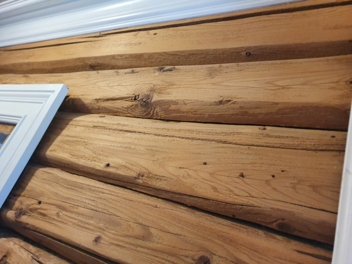 INNVENDIG LØFT: Hovedhuset fikk også et innvendig løft i 1995 da Steinar Bjerke sandblåste alle veggene. Han måtte slippe dem for hånd for å ivareta treverket best mulig. Bildet viser veggen rett ved inngangen til hovedhuset. Foto: Yana Stubberudlien