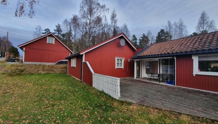 NYERE BYGNINGER: På bildet kan du se garasjen og de to nyere bygningene på gården.