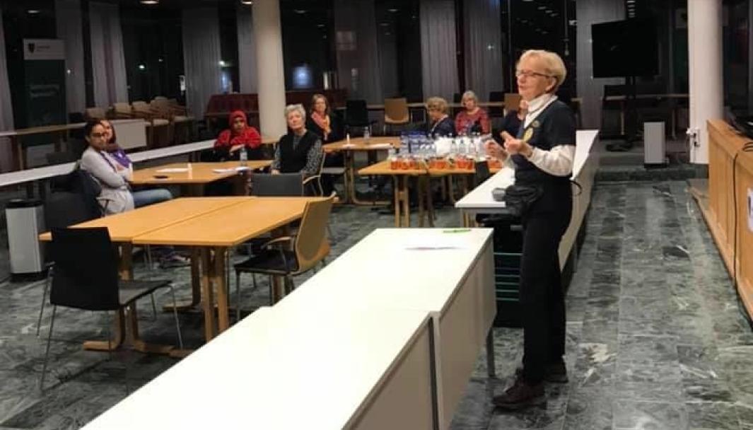 VERVET 17 SMITTEVERNAMBASSADØRER: Det lokale kvinnenettverket har vervet 17 flerkulturelle kvinner som skal bistå i informasjonsformidling om smitteverntiltakene. Bildet ble tatt på et av de siste møtene i slutten av oktober. Foto: Oppegård Frivilligsentral.