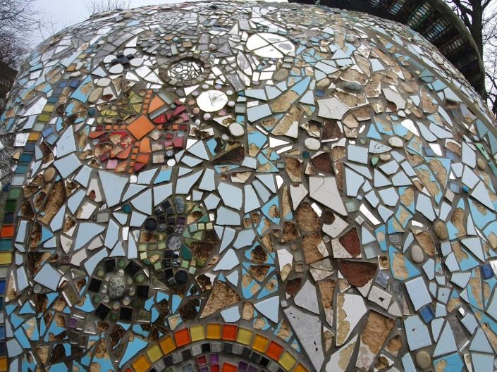 SLIK SER DEN UT I DAG: Mange av de fargerike mosaikkflisene har enten falt av eller blitt hakket ut av noen.