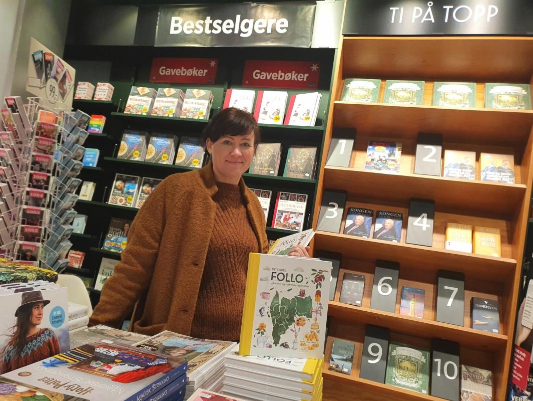 TREDJE BOK: Fotograf Lene Imbsen debuterte som skribent i 2007 med sin første bok «Ly for natten» om overnattingssteder i hele Norge. I 2015 ble hennes andre bok utgitt. «Det finnes i Follo» er en guidebok om lokal mat og kortreiste opplevelser i Follo. Nå er den andre versjonen av denne boken lansert. Foto: Yana Stubberudlien