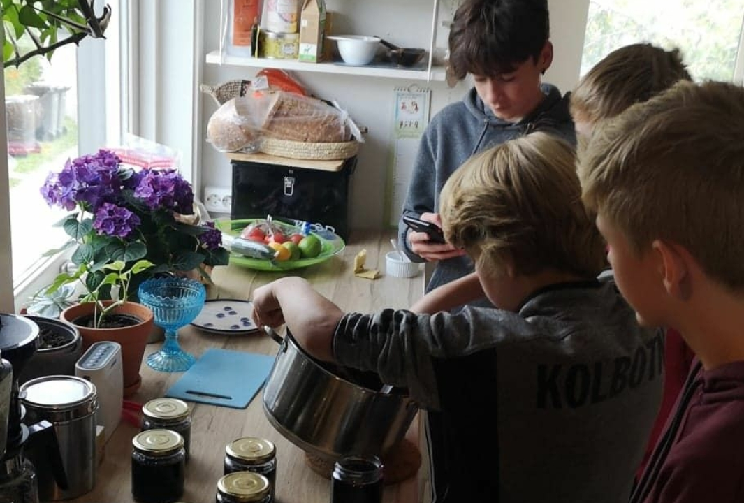 KORTREIST MAT LAGET AV BARN: Fra tidligere har vi kortreist honning fra Hareveien barnehage og Oppegård Brus. Nå kan du kjøpe lokalprodusert syltetøy. Foto: Privat