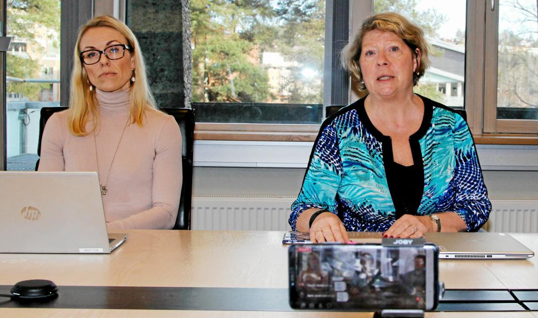 NY JUSTERING: Rådmann Jane Short Aurlien og kommuneoverlege Kerstin Anine Johnsen Myhrvold innstiller på en ytterligere skjerping av smittverntiltakene i Nordre Follo. Dette bildet er fra pressekonferansen da kommunen stengte ned i mars.