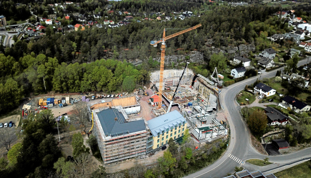 KLAR NESTE HØST: Nye Kolbotn skole skal etter planen stå klar etter høstferien 2021. Dette bildet av byggeplassen fra luften er tatt i mai i år. Foto: Sigbjørn Vedeld