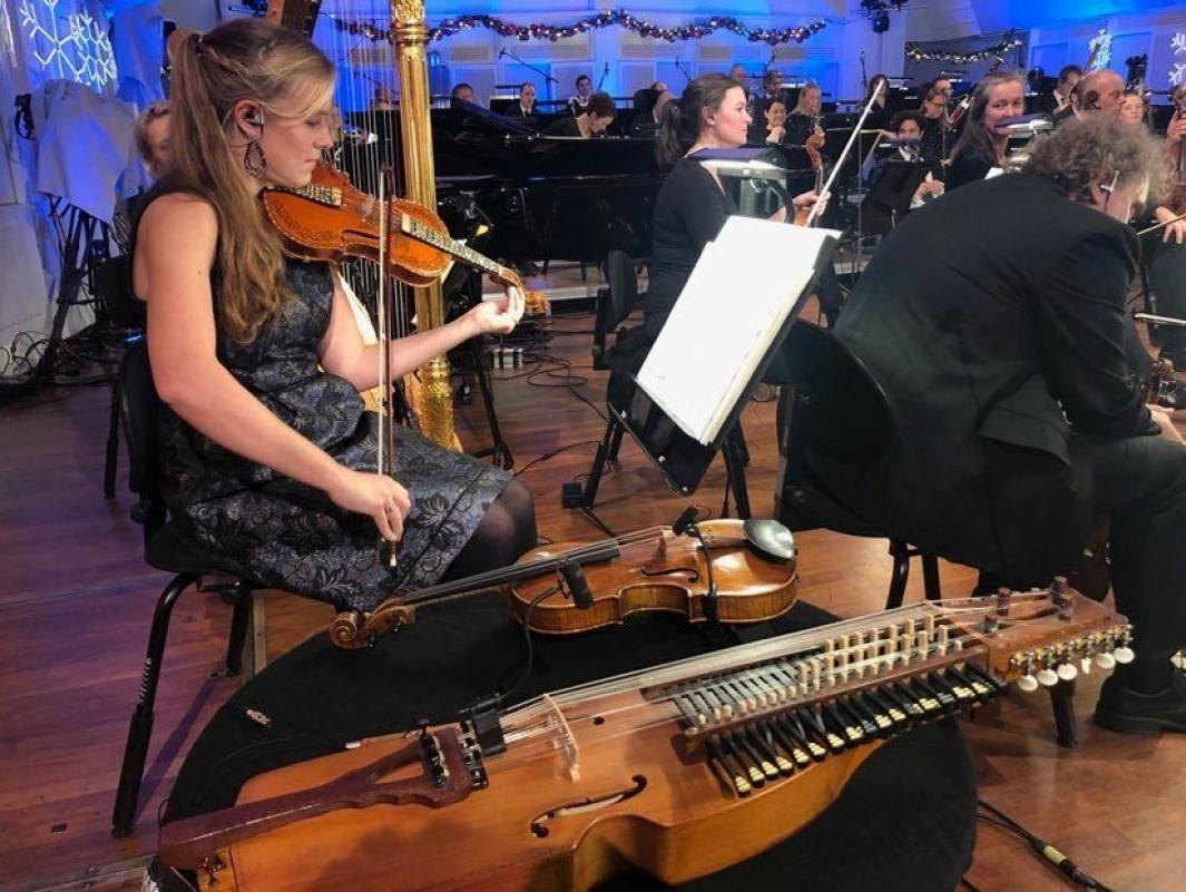 FIOLIN OG NØKKELHARPE: Ingvild Habbestad spiller både fiolin og nøkkelharpe i NRKs nye julekalender «Stjernestøv», som har premiere tirsdag 1. desember. Foto: Agnes Hoffart