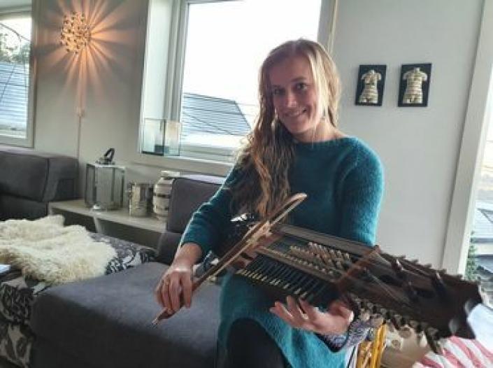 NØKKELHARPE: Ingvild Habbestad begynte å spille nøkkelharpe i mars i år. Nå kan du høre henne spille det spesielle instrumentet i årets julekalender på NRK. Foto: Yana Stubberudlien