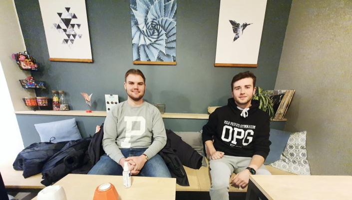 JOBBER FRIVILLIG: Frivillige hjelpere Andreas Lokken (16) og Sebastian Bjørnstad (16). Foto: Yana Stubberudlien