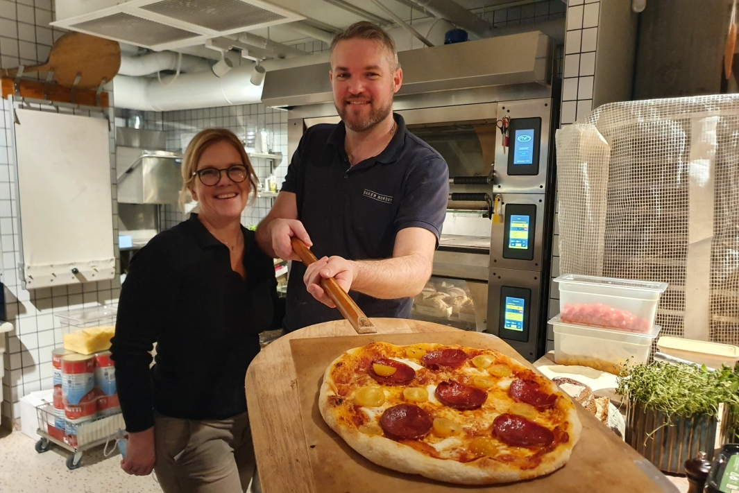 FRISTER MED PIZZA: Birgitta Nordby og Ivan Crenn prøvestekte Chorizo-pizza da Oppegård Avis var innom på onsdag. Alle foto: Yana Stubberudlien