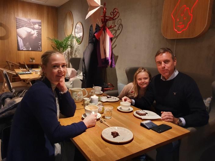 KOSER SEG: Heidi Riise (31), Petter Kleppe (58) og Dina (8) koser seg på det lokale bakeriet.