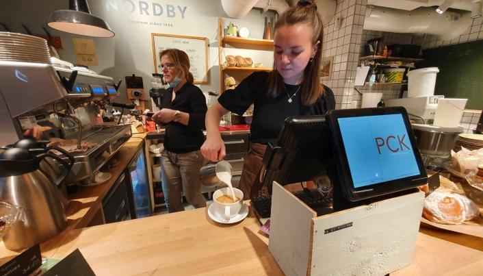 KAFFE OG KANELBOLLER: Christine Bredde (24) er en av de totalt åtte ansatte på stedet.