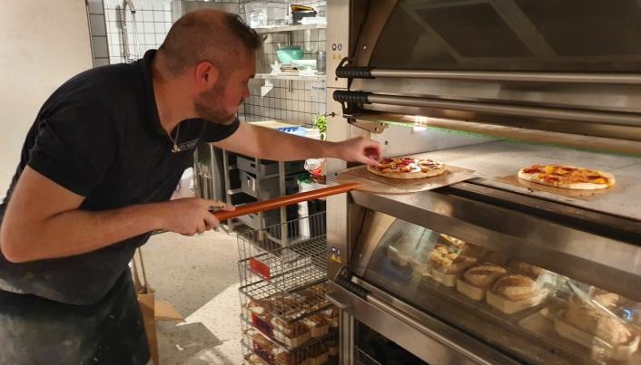 SYV MINUTTER I HERTOVN MED STEIN: Pizzaen stekes på litt lavere temperatur enn i en vedfyrt ovn.