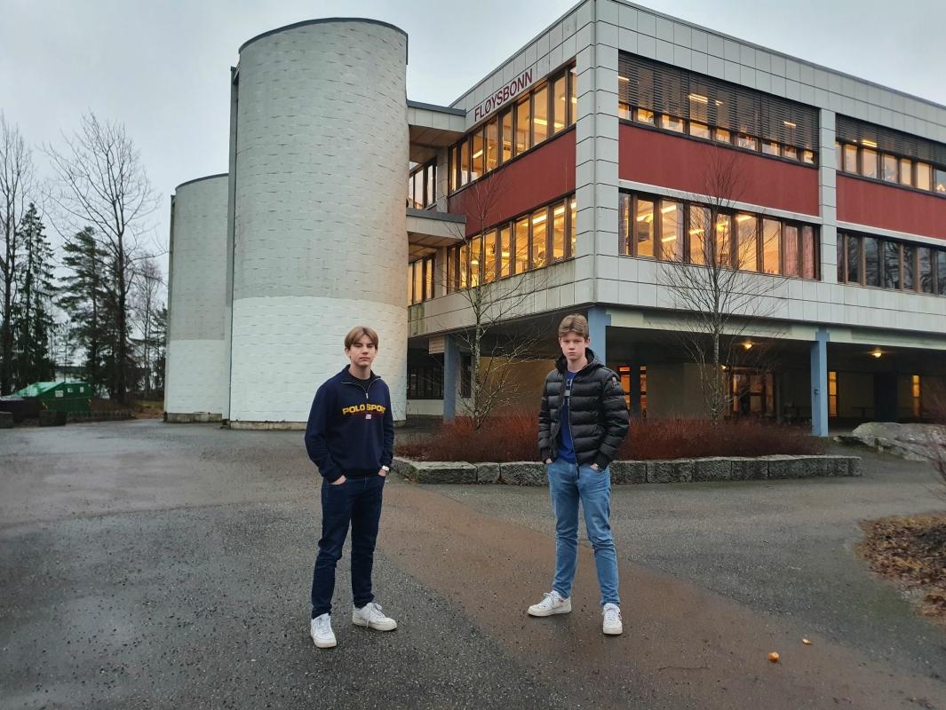STORTRIVES PÅ UNGDOMSSKOLEN: Elevrådsleder Fredrik Langekjend Monstad (15) og nestleder Isak Stormo Kristiansen (15) ber politikerne om å bevare ungdomsmiljøet på Fløysbonn. Alle foto: Yana Stubberudlien