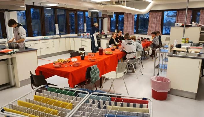 TO ROM: Fløysbonn skole har to spesialrom til faget mat og helse.