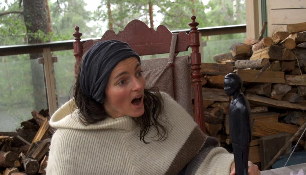 MÅPTE: Maja Solveig Kjelstrup Ratkje ble tydelig overrasket da Buddy-statuetten ble overrakt henne hjemme på verandaen på Svartskog.
