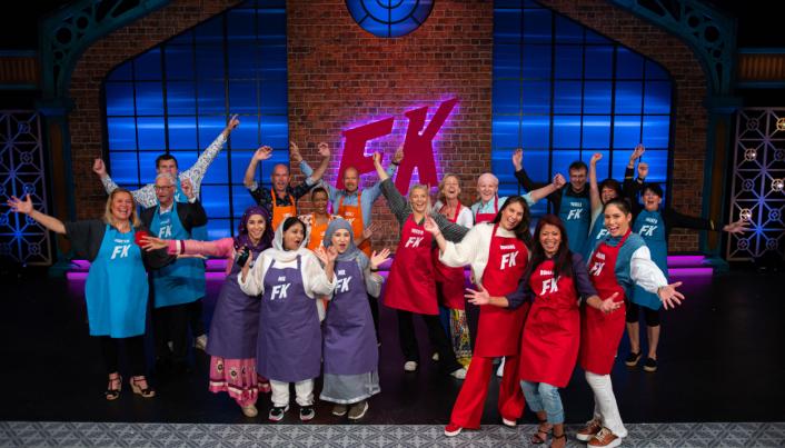 FAMILIEKOKKENE: På bildet kan du se alle de seks familiene som konkurrerer om å lage den beste maten. Foto: NRK
