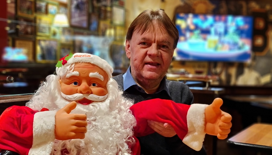 QUIZNISSE: Julenissen på O›Learys har tommelen opp og er klar. Torsdag kl 19:40 er det digital julequiz med Terje Aaseth.