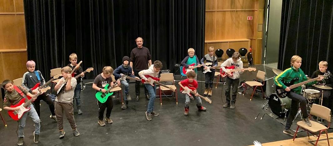VELLYKKET: De unge gitaristene fra kulturskolen øver i Kolbens sal 2. Bildet ble tatt under den siste øvelsen fredag forrige uke. Foto: Rune Eriksen