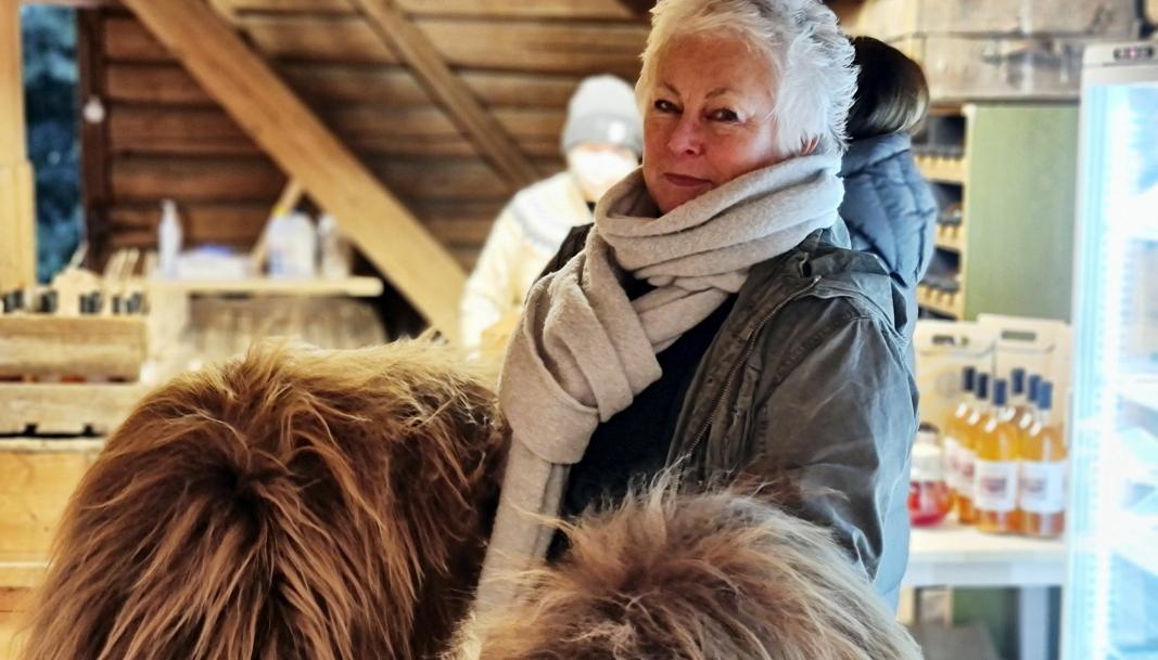 SAUESKINN: Barbra fra Tåsen sikret seg to flotte eksemplarer av saueskinn i gårdsbutikken, og var dermed ferdig med to av årets julegaver.