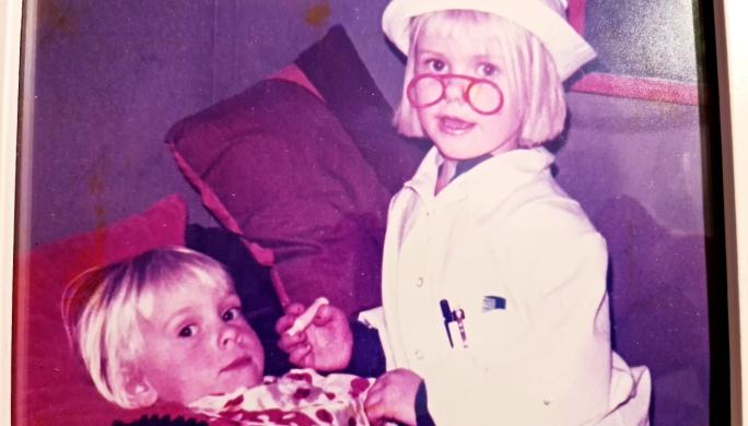 TIDLIG KRØKES: Fem år gamle Kerstin praktiserte tidlig legegjerningen. Her er det lillesøster Mona som har fått rollen som pasient i leken.