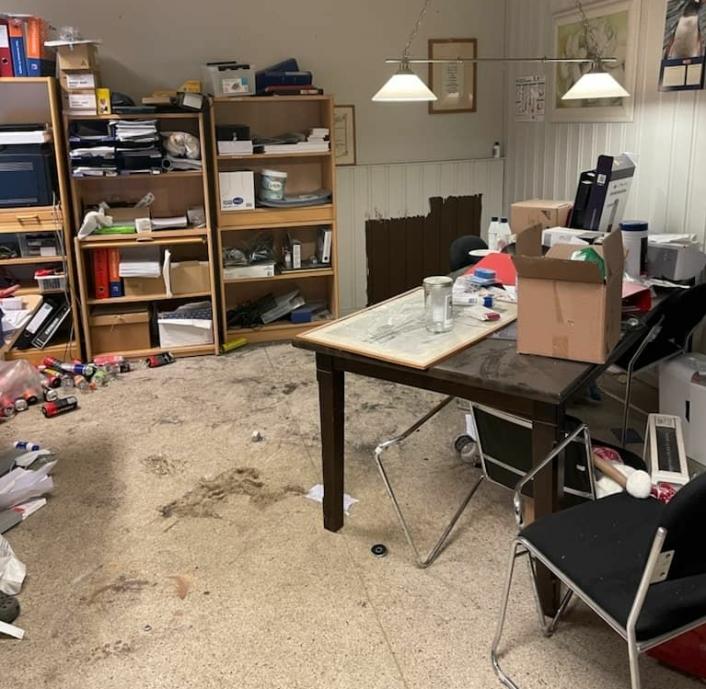 ROMSTERT OG NEDSTØVET: Slik så kontoret ut mandag morgen. Foto: Privat