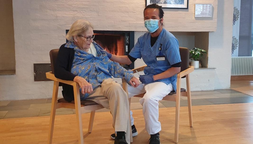 FØRSTE STIKK: Sykepleier Alison Rivera satte den første vaksinen på Amy Louise Wang ved Greverud sykehjem.