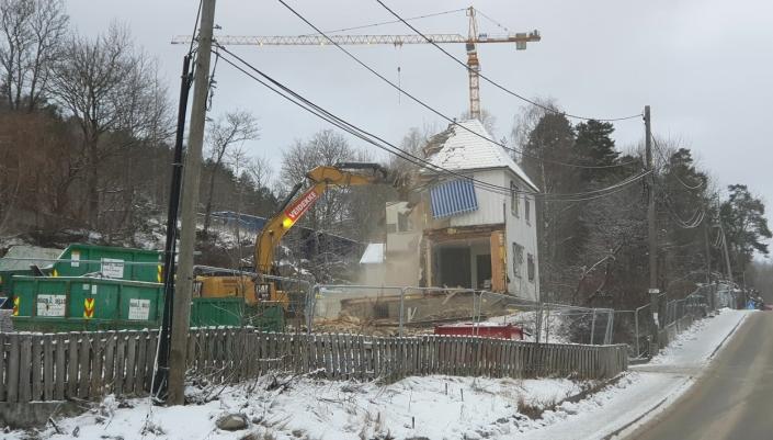 SKOLEBAKKEN: Nå er rivningsarbeidene i Ormerudveien 1B i full gang. Byggeprosjektet Skolebakken nærmer seg med store skritt. Bildet ble tatt torsdag 7. januar. Foto: Yana Stubberudlien