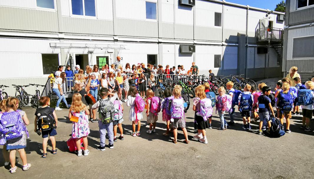 FADDERMØTE: På første skoledag i fjor hilste førsteklassingene ved Kolbotn skole på fadderne i 5. klasse. Under byggeprosessen av ny skole går elevene på midlertidig skole i Solkollen.