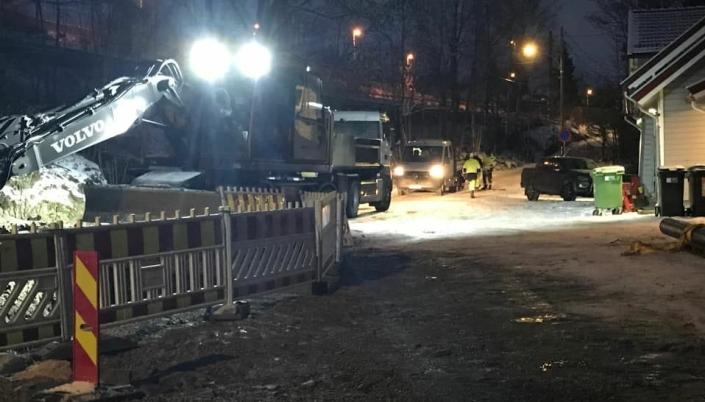 TO LEKKASJER: Bildet, som ble tatt fredag ettermiddag, viser reparasjonsarbeidene i forbindelse med vannlekkasjen i Solbråtanveien ved Skogsland, men det er også påvist en vannlekkasje i Vassbonnveien. Foto: Privat