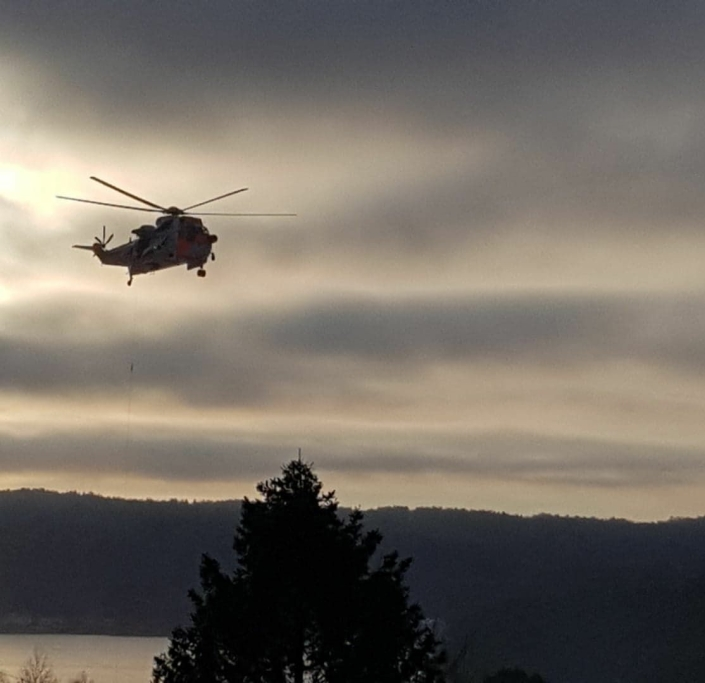 BLE FRAKTET TIL ULLEVÅL: Redningshelikopteret Sea King ankom stedet klokken 13:30. Klokken 14:00 ble personen hentet av helikopteret og fraktet til Ullevål. Foto: Meliha Halilcevic