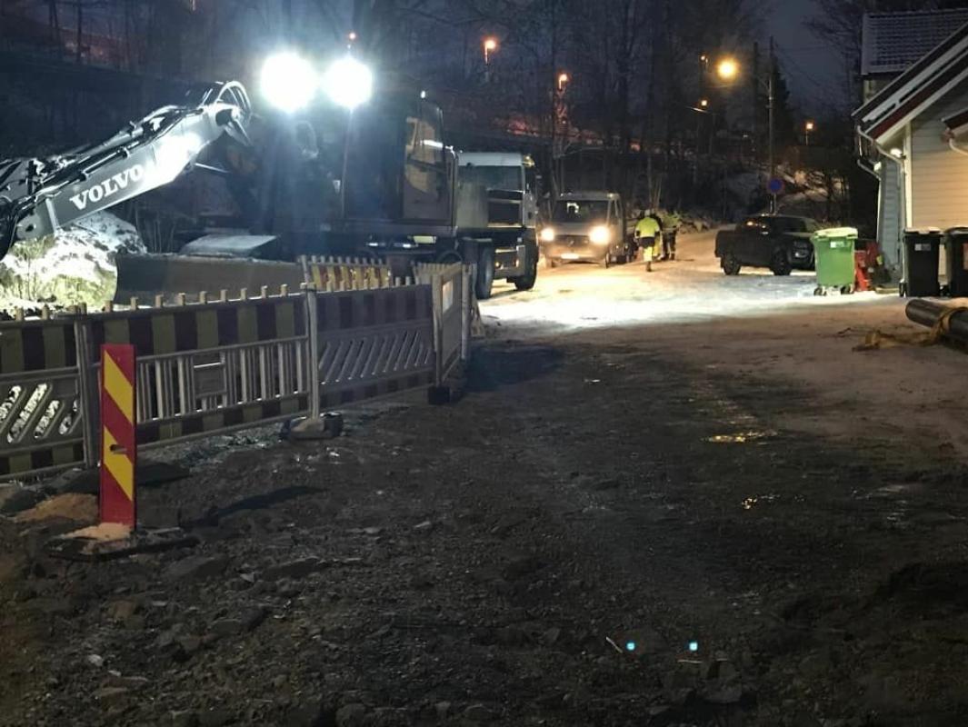 NÅ ER SKADENE REPARERT: Bildet, som ble tatt fredag ettermiddag, viser reparasjonsarbeidene i forbindelse med vannlekkasjen i Solbråtanveien ved Skogsland, men det er også påvist en vannlekkasje i Vassbonnveien. Foto: Privat