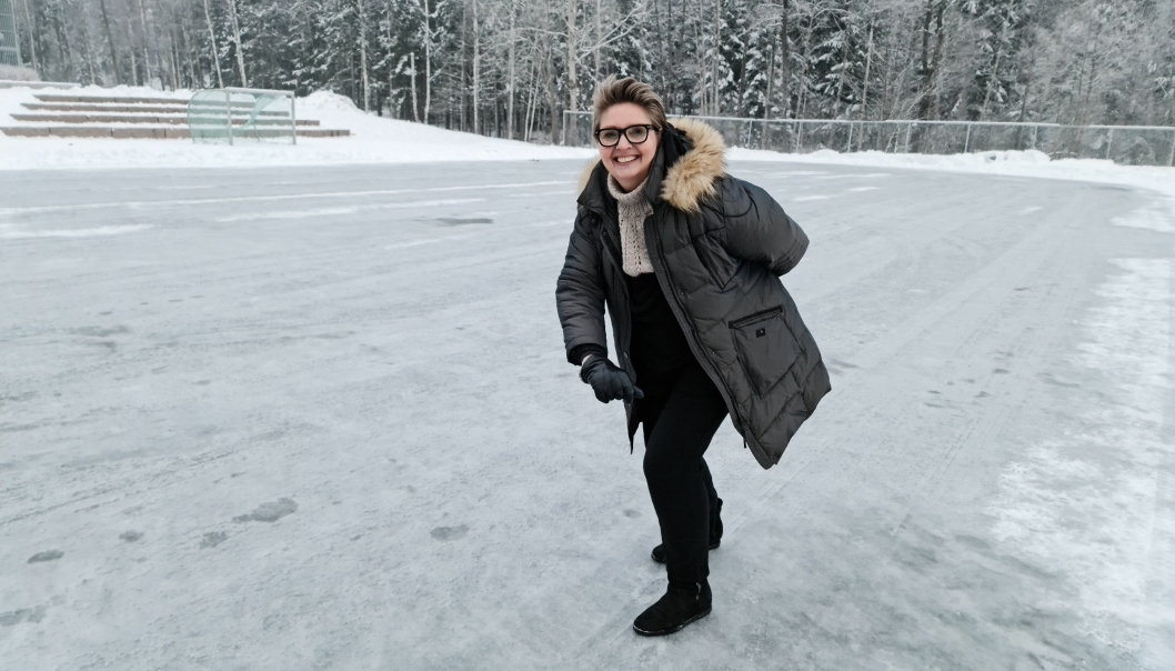 PÅ GLATTISEN: Ordfører Hanne Opdan var innom isflaten på Tårnåsen mens arbeidene pågikk. Nå kan alle ta med skøytene både hit og til de andre isflatene.