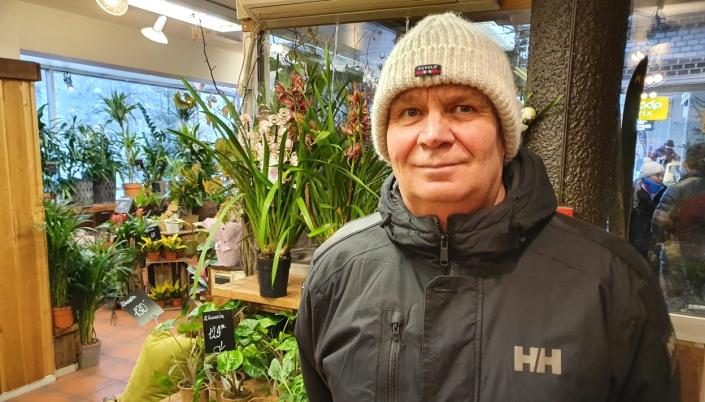 FORNØYD KUNDE: Eivind Christensen (66) fra Oppegård sier han er innom blomsterbutikken en gang i måneden, og er veldig fornøyd med både service og priser, og ikke minst med utvalget og den hyggelige betjeningen.