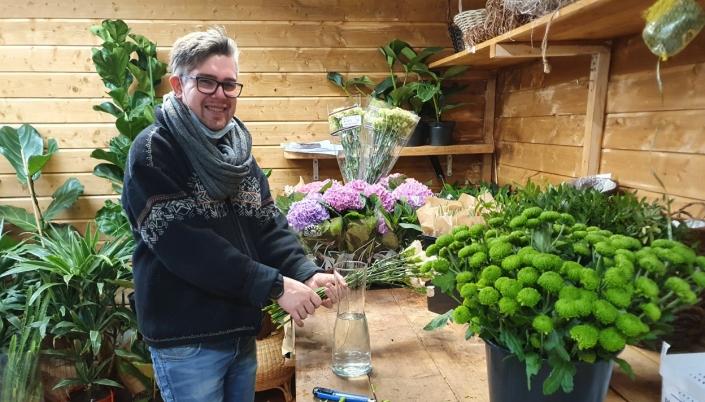 FIKK NY JOBB: Roy-André Reppen startet i ny jobb for en uke siden. Nå kan han hjelpe deg med å sette opp blomster til forskjellige anledninger, og det er uten noe ekstra betaling.