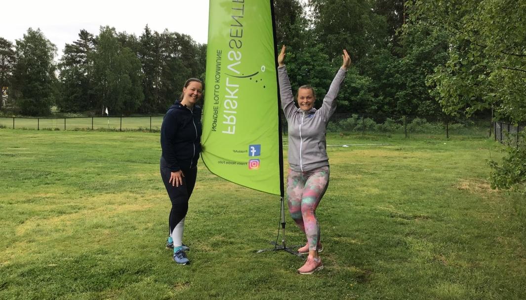 GLEDESPREDERE: Aina Bryn Janson og Siri Mathiassen er to av de totalt seks frisklivsveiledere ved Frisklivssentralen i Nordre Follo. Bildet ble tatt i fjor sommer da de arrangerte utetreninger. Foto: Privat