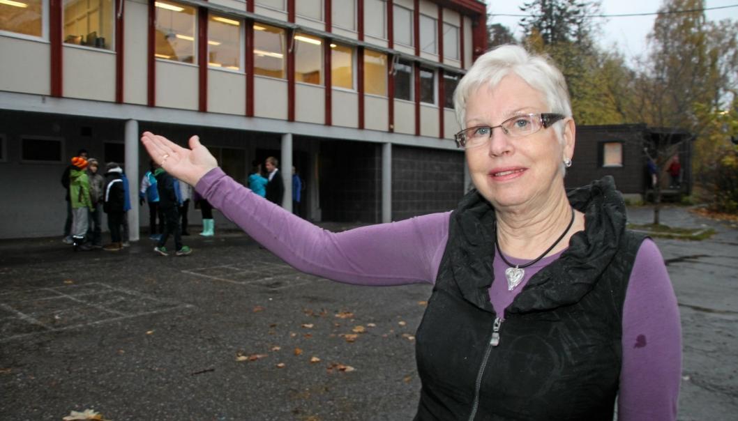 INN I DEBATTEN: Rektor Anne Hodne Endal ved Kolbotn skole ved siden av paviljongen fra 1959. Dette var en av bygningene som ble revet da byggearbeidene til den nye skolen startet. Dette bildet er fra 2017.