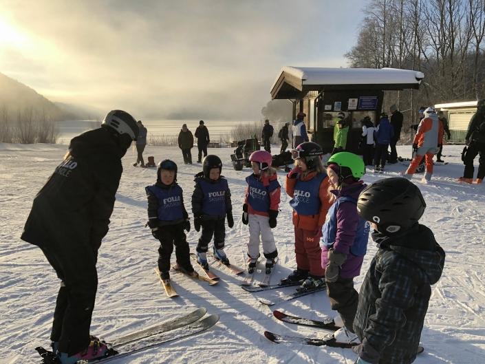 FØRSTE GANG PÅ SLALÅM: Mange barn og unge deltok på nybegynnerkurs sist helg. Foto: Skiskole