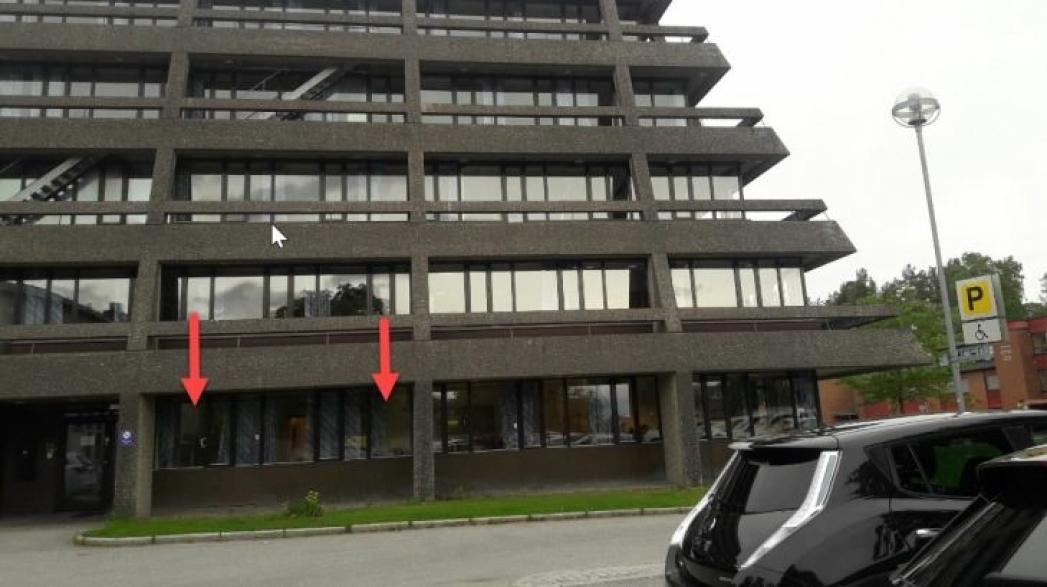 HER ER INNGANGEN: Den midlertidige teststasjonen skal ha inngang fra nordsiden av bygget, like ved parkeringsplassen mellom rådhuset og skateparken. Foto: Nordre Follo kommune.